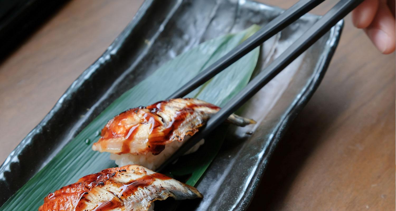Sushi und Wein Gegrillter Aal auf Reisrolle