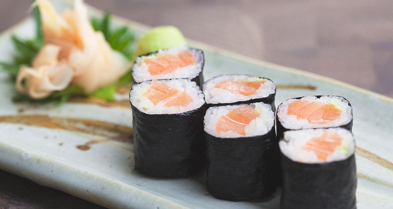Nori-Blatt Reisrolle mit Lachs gefüllt